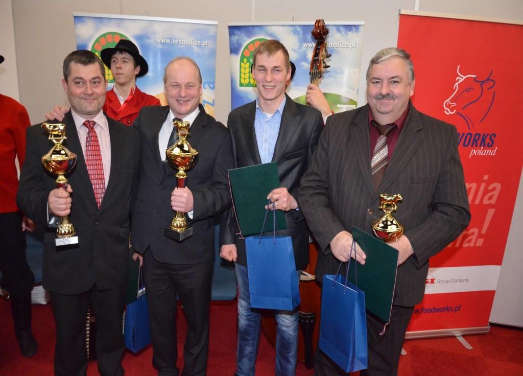 Pan Maciej Mostowy (pierwszy z lewej) z nagrodą zdobyta podczas Konkursu Ferm a i Hodowca Bydła.